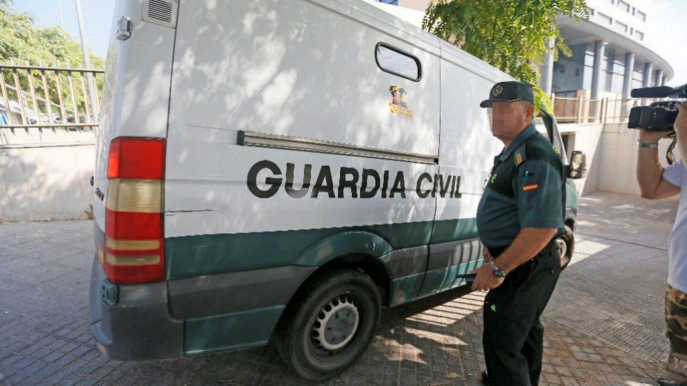 El furgón de la Guardia Civil que ha trasladado a los franceses en Benidorm. Foto: EFE