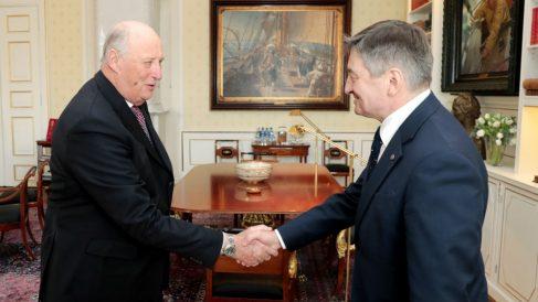 Marek Kuchcinski saluda al rey Harald de Noruega durante una visita oficial a Oslo. (Afp)