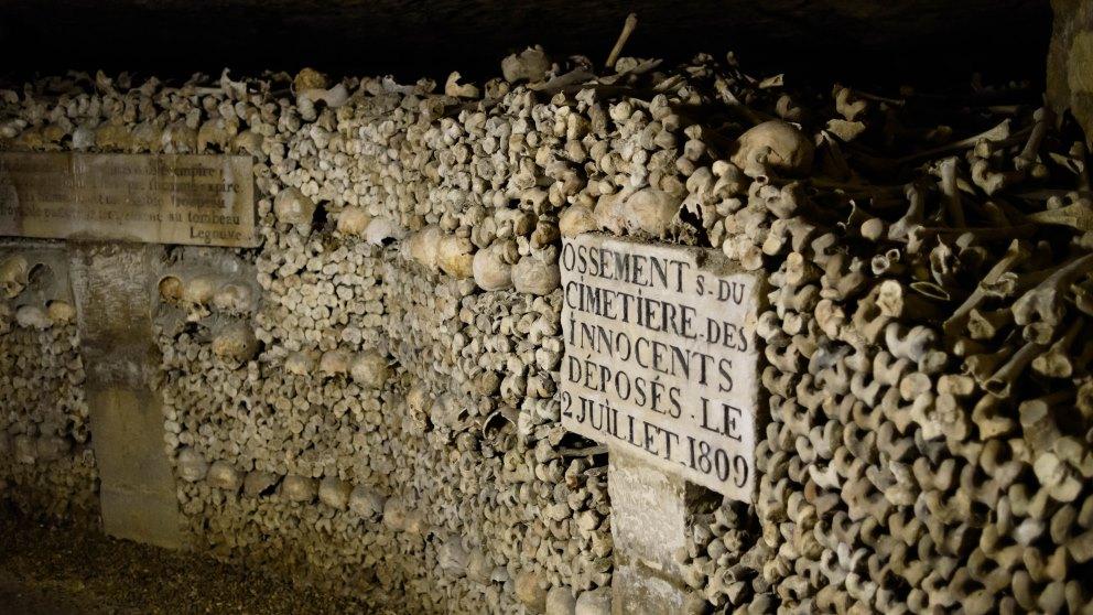 Las Catacumbas de París son un espacio tenebroso con millones de muertos