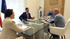 Pedro Sánchez, con los secretarios generales de CCOO, Unai Sordo, y UGT, Pepe Álvarez.