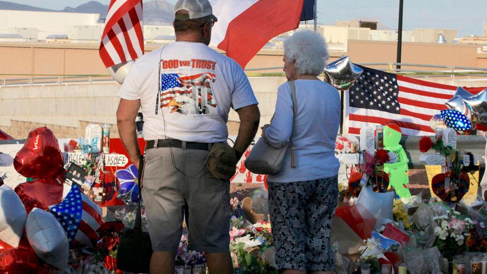 Dos ciudadanos norteamericanos frente al homenaje en memoria de las víctimas del tiroteo de El Paso, en Texas. Foto: EP