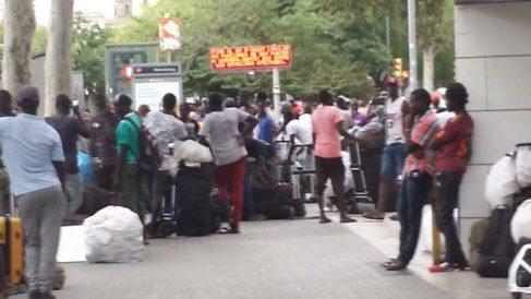 Decenas de manteros junto a la entrada del Metro de la Barceloneta.