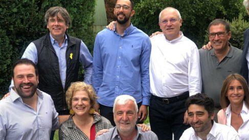 Puigdemont en la casa de Waterloo con Valtonyc, Rahola, Matamala, Cuevillas, Inarritu, Puigneró, Lluís Puig y Toni Comín.