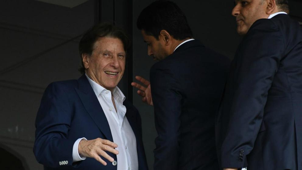 Pini Zahavi, junto a Nasser Al Khelaifi en un partido del PSG.