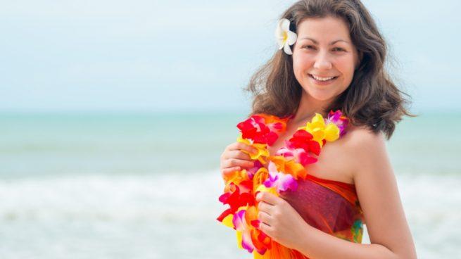 collar hawaiano con bolsas de plástico