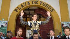 El diestro Ginés Marín sale por la puerta grande en la Feria Taurina de Huesca, en la que ha compartido cartel con Cayetano Rivera y Pablo Aguado este lunes en la capital oscense.