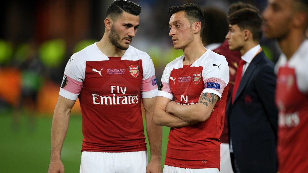 Kolasinac y Mesut Özil. (Getty)