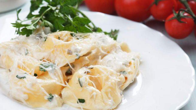 Tortellini rellenos de acelgas con salsa de queso