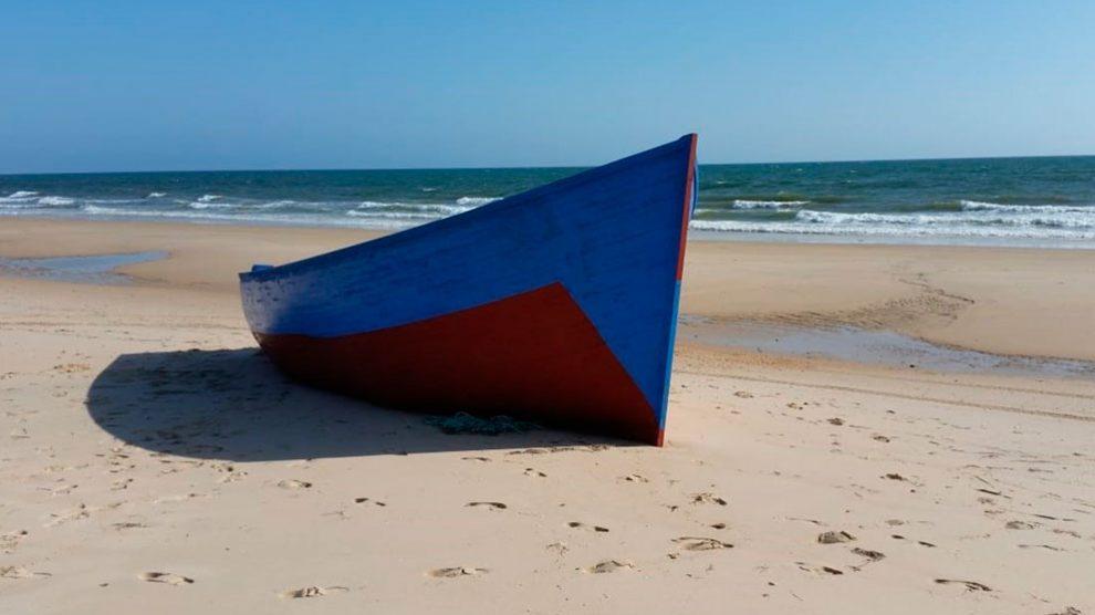 una patera vacía en una de las playas de la costa españolas. Foto: EP