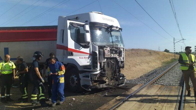 Un tren Alvia se estampa contra un camión en el paso a nivel de Husillos (Palencia)