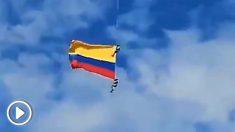 Dos soldados colombianos mueren al caer desde un helicóptero durante un desfile.