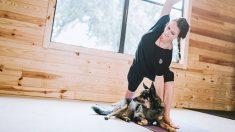 Todos los pasos para practicar doga, o yoga con perros
