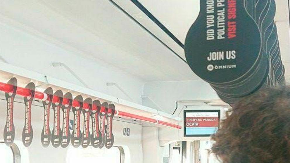 La entidad independentista Òmnium Cultural ha colocado esposas de cartón en algunos trenes de la L1 de Rodalies a favor de los golpistas presos. Foto: EP