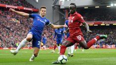 Liverpool – Chelsea: Azpilicueta intenta bloquear un disparo de Mané. (Getty)