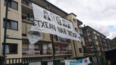 Una pancarta en favor de presos de ETA en el País Vasco.