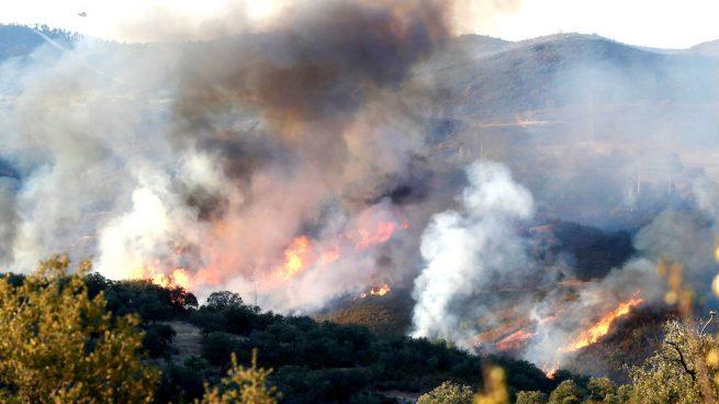 El incendio de Almonaster La Real (Huelva) está controlado pero siguen las labores de extinción
