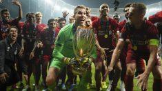 Adrián San Miguel levanta la Supercopa de Europa. (Getty)
