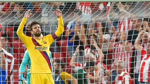 Piqué, tras el gol de Aduriz. (AFP)