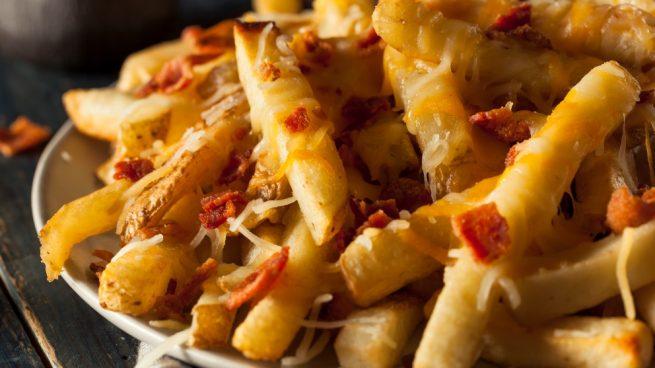 Patatas beicon chips con salsa barbacoa