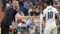 Zidane da instrucciones a James Rodríguez en un partido con el Real Madrid. (AFP)