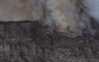 Los bomberos temen que el fuego vuelva al origen en Valleseco si el viento cambia de dirección