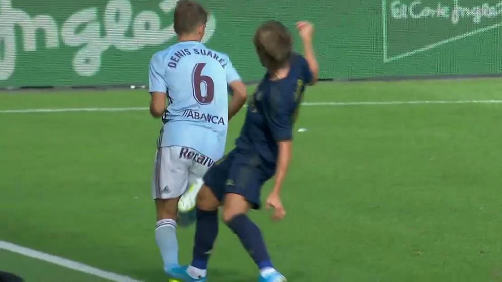 Luka Modric recibió la roja tras esta entrada a Denis Suárez.