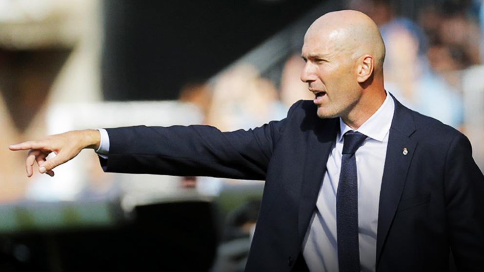 Zidane da instrucciones a su equipo en el Celta-Real Madrid. (EFE)