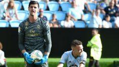 Courtois se queda con el balón ante la presencia de Aspas. (AFP)