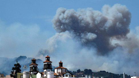 El humo procedente del Incendio en la cumbre de Gran Canaria, desde el casco del municipio de Moya. (EFE)
