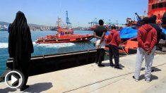 Un grupo de inmigrantes que duerme en la zona portuaria de Algeciras, junto al buque de Salvamento Marítimo. (EFE)