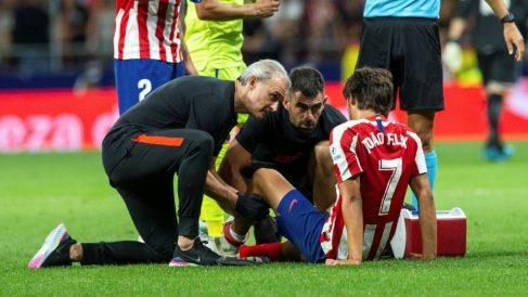 Joao Félix, atendido por los médicos del Atlético. (EFE)