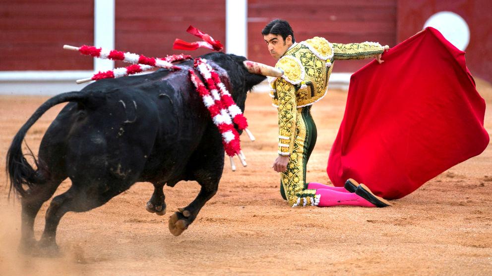 Miguel Ángel Perera durante la faena a su primer toro (Foto: EFE).