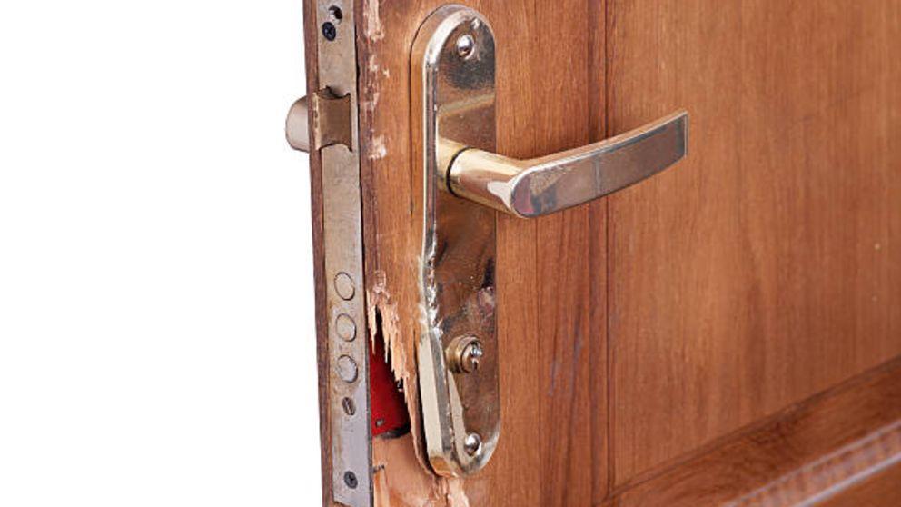 Aprende cómo reparar el borde de una puerta astillada