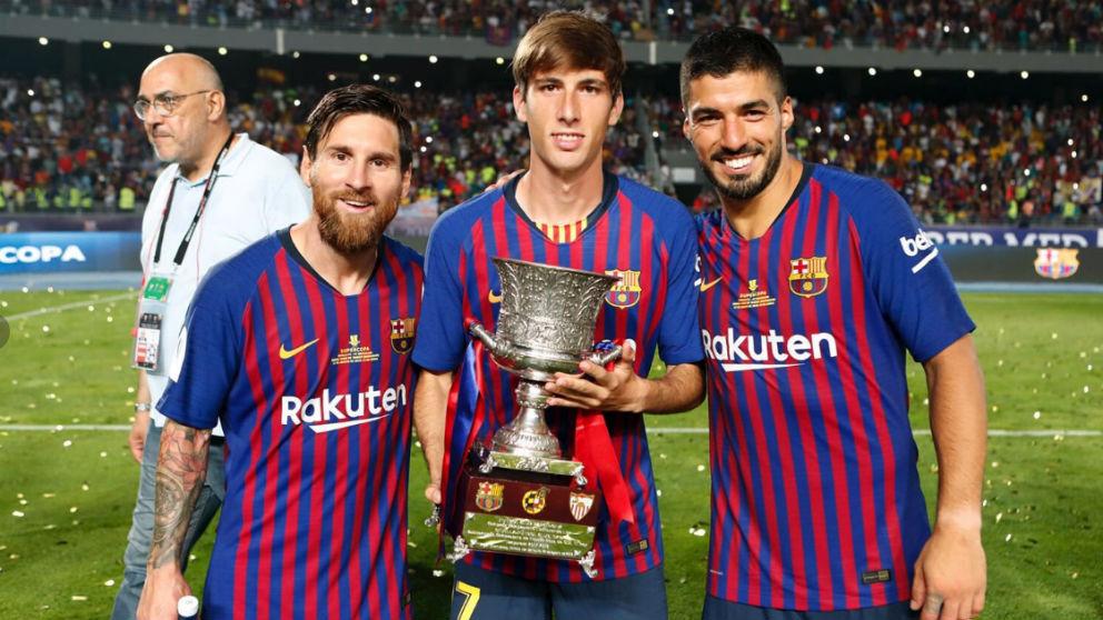 Juan Miranda posa con Messi y Luis Suárez.