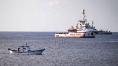 El 'Open Arms' frente a la isla de Lampedusa (Foto: AFP)