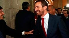 El presidente del PP, Pablo Casado, a su llegada este lunes a la Real Casa de Correos de Madrid, sede del gobierno regional, para asistir al acto de toma de posesión de la popular Isabel Díaz Ayuso como presidenta de la Comunidad de Madrid. Foto: EFE