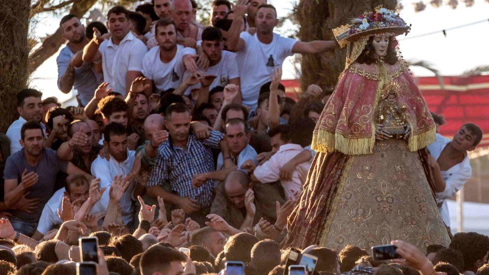Virgen del Rocío con los fieles de camino a Almonte @EFE