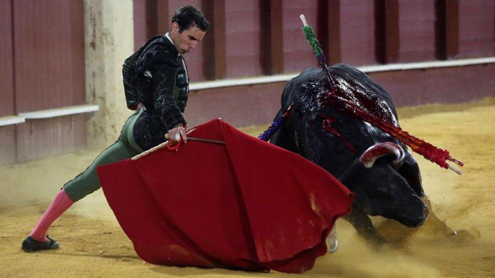 El diestro Juan Ortega durante el sexto toro de la tarde en el festejo de Feria que se está celebrando en la plaza de toros de La Malagueta. (Efe)