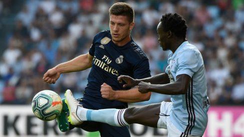 Jovic pelea por un balón frente a Sisto. (AFP)