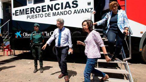 La ministra de Defensa, Margarita Robles (2d), tras visitar, junto al consejero de Administraciones Públicas, Justicia y Seguridad del Gobierno de Canarias, Julio Pérez (c), el puesto avanzado del incendio forestal que afecta a la isla de Gran Canaria desde el pasado sábado. Foto: EFE