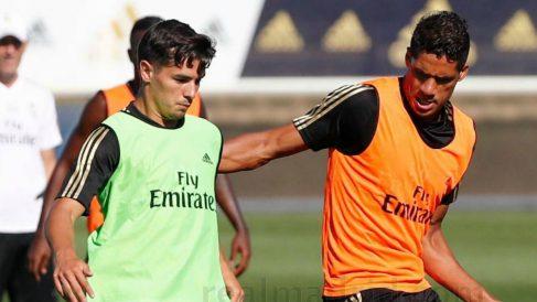 Brahim y Varane, en un entrenamiento.