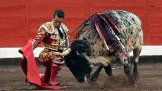 El diestro José María Manzanares da un pase a su segundo toro, este miércoles, en el marco de la quinta corrida de abono de la feria de la Semana Grande de Bilbao. (Efe)