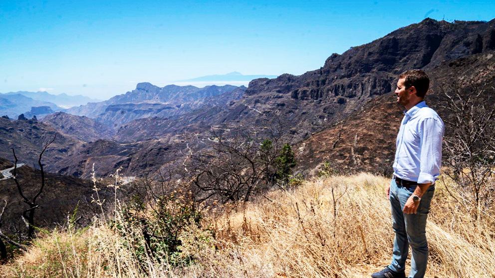 Pablo Casado, hoy en Gran Canaria, donde ha visitado la zona afectada por los incendios. (Twitter)