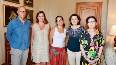 Francina Armengol (segunda por la izqda.) y Fina Santiago (segunda por la dcha.) junto a miembros de la plataforma 'Balears Acollim'.