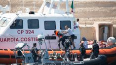 La Guardia Costera italiana rescata a uno de los inmigrantes del 'Open Arms' que se arrojó al mar.