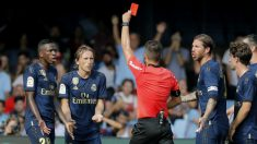 Modric ve la tarjeta roja en Vigo. (EFE)