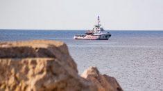 El barco de la ON 'Proactiva Open Arms', de bandera española, fotografiado desde la costa de la isla italiana de Lampedusa. Foto: AFP