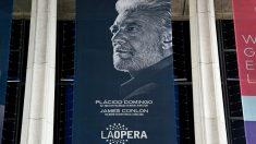 un cartel de la Ópera de Los Ángeles anunciando una actuación de su director Plácido Domingo. Foto: AFP