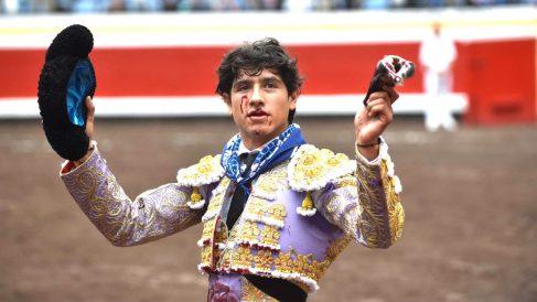 Luis David Adame muestra una oreja cortada (Foto: EFE).