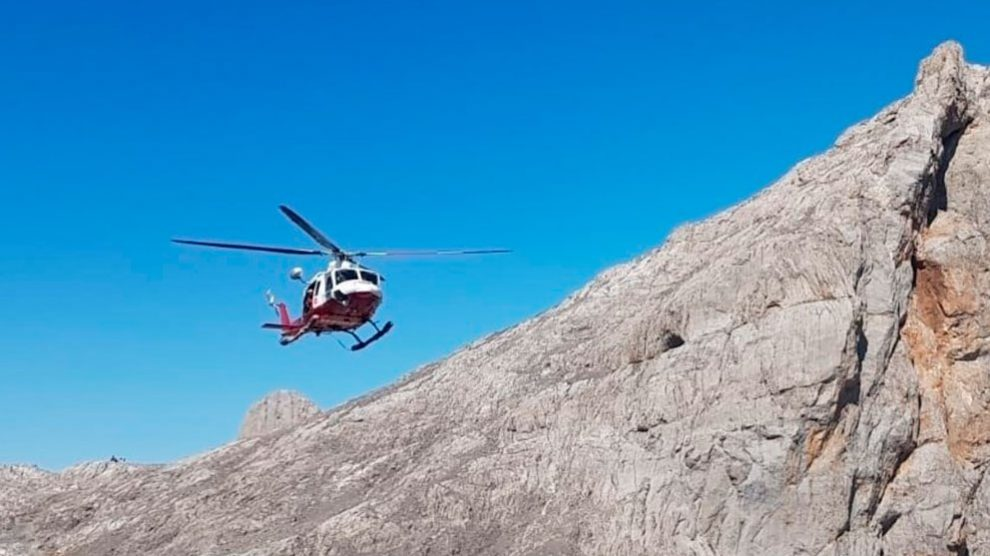 Un helicóptero de los servicios de rescate en los Picos de Europa. Foto: Emergencias Cantabria